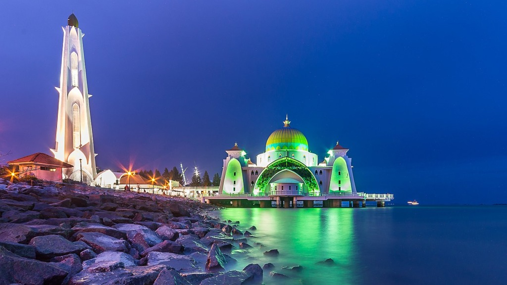 在馬來半島南部的馬六甲,有一座坐落在人工島上的海峽清真寺(Melaka Straits Mosque)。