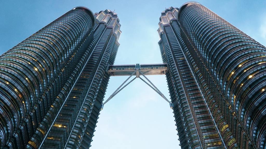 位於馬來西亞首都吉隆坡的雙子塔(Petronas Twin Towers),是現時世界最高的雙棟大樓,也是全球第八高的大樓。