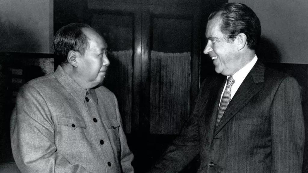 圖為1972年美國總統尼克遜訪華,與毛澤東見面。基辛格居中發揮重要作用。