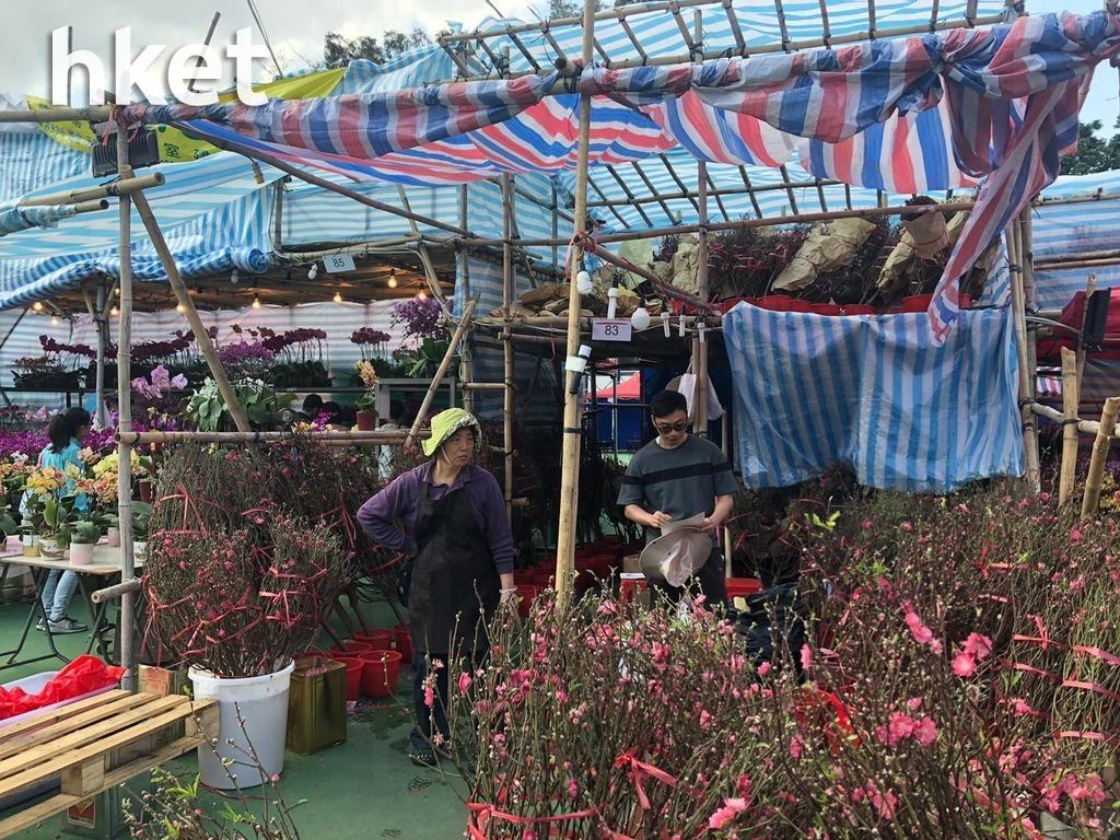 售賣桃花的83號檔主郭先生則表示,由於市道氣氛不理想,市民消費時更見謹慎。(葉泳珊攝)