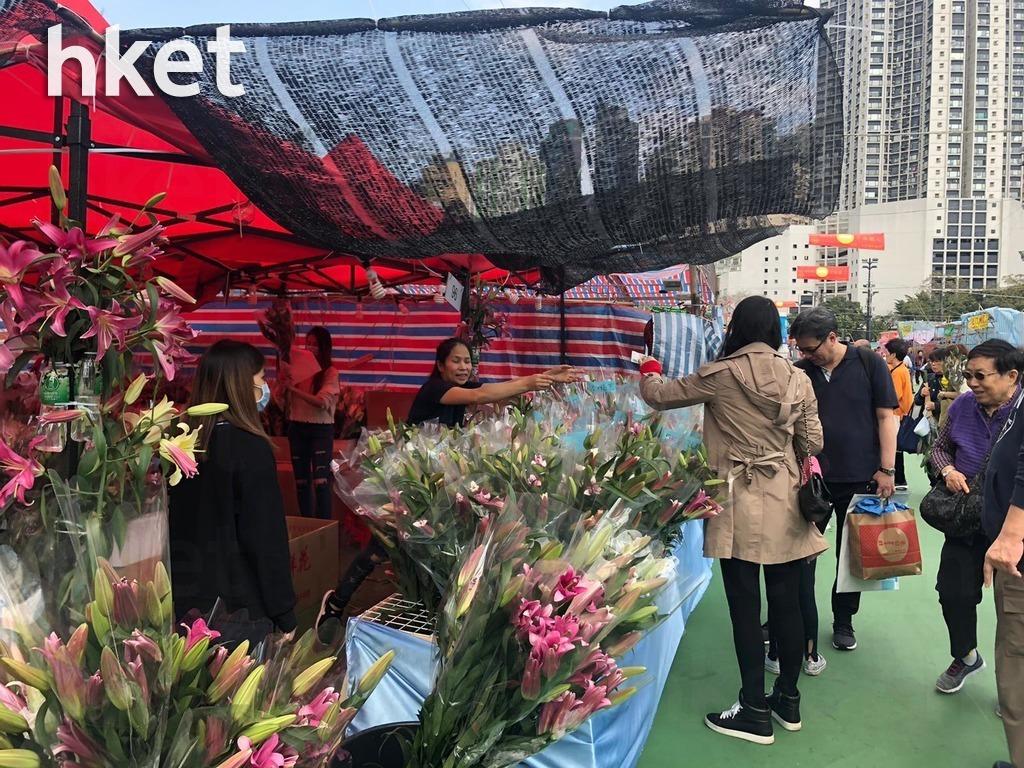 售賣百合花的96號檔主陸小姐透露,今年生意大跌逾7至8成。(葉泳珊攝)