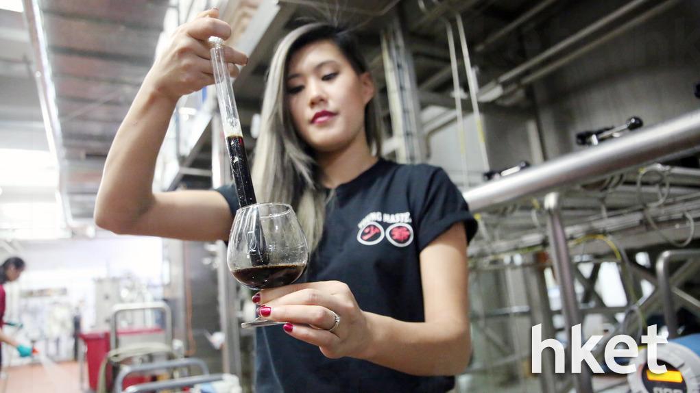 李愷欣表示,有時候甚至相同的溫度與濕度,釀製出來的啤酒味道都會有少許不同,對她而言是一大挑戰。(陳國峰攝)
