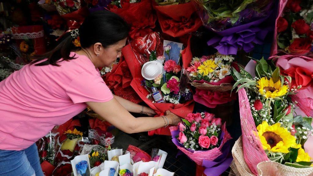 花店老闆Mary Jane Villegas表示,製造了「抗疫花」,因對新型冠狀病毒迅速傳播感到「害怕」。