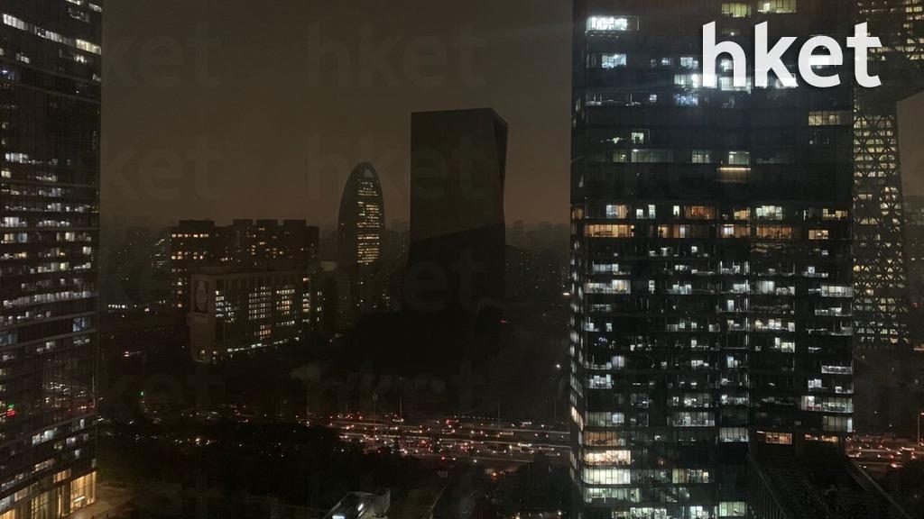 北京天氣突變,下午不到4時,天空卻已漆黑一片,宛如黑夜。(本報駐京記者攝)