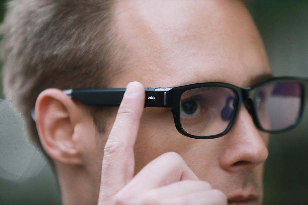聽音樂或和朋友對話時,只要用手指前後滑動鏡臂就可以操控聲音的大小,非常方便。不過,筆者寄語大家在乘搭公共交通工具時,還是將音量調校到最小,又或是暫停使用,公德心比甚麼都來得更是重要。(圖片:SOLOS提供)