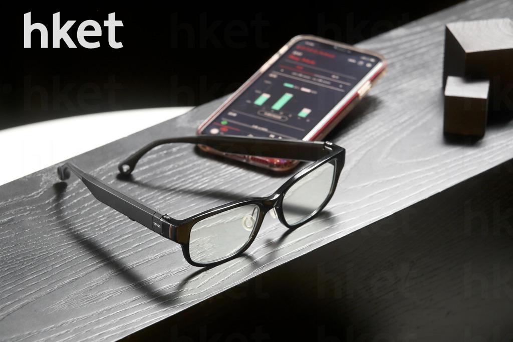 真正做到「貼地」的SOLOS智能眼鏡,與你的iPhone聯繫上後,除了聽音樂,記錄做運動的情況外,它更可以提示你日常生活上錯誤的姿勢,甚至提你喝水等。($2,380)