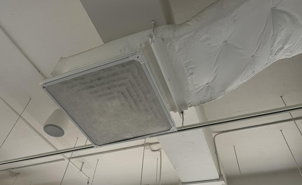 濾紙主要套用在冷氣機上,其纖維厚度比人的頭髮纖細三千倍,蜘蛛網狀結構擁有較大的表面面積,可在低壓降情況下提供高過濾效率,抵擋污染物入侵。(曾曉汶攝)