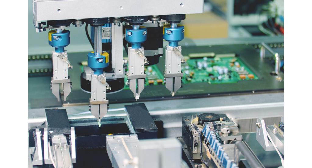 利用机器视觉系统准确拣选所需零件插入电路板,分辨有否插歪,提供99.7% 的高精准度。