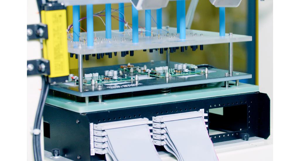 机械臂放置电路板后会自动进行测试及分类,同时会收集数据测试结果并自动存档,可随时查看造成次品原因,长远可利用大数据分析,提升品质。