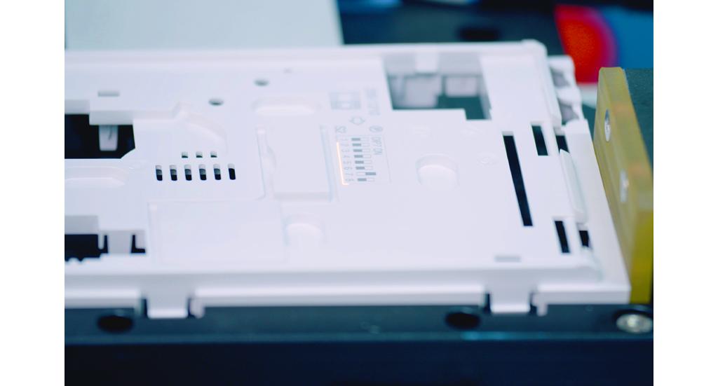 由人手贴标签改为激光于底壳打标,可随时更改生产内容,也令生产工序更灵活快捷。