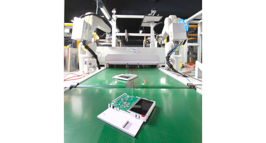 生产线可快速转换设定和工具,制造6 款不同款式智能保安产品,外壳、加工要求、底板各有不同,有需要时可编写程式增加更多不同款式。