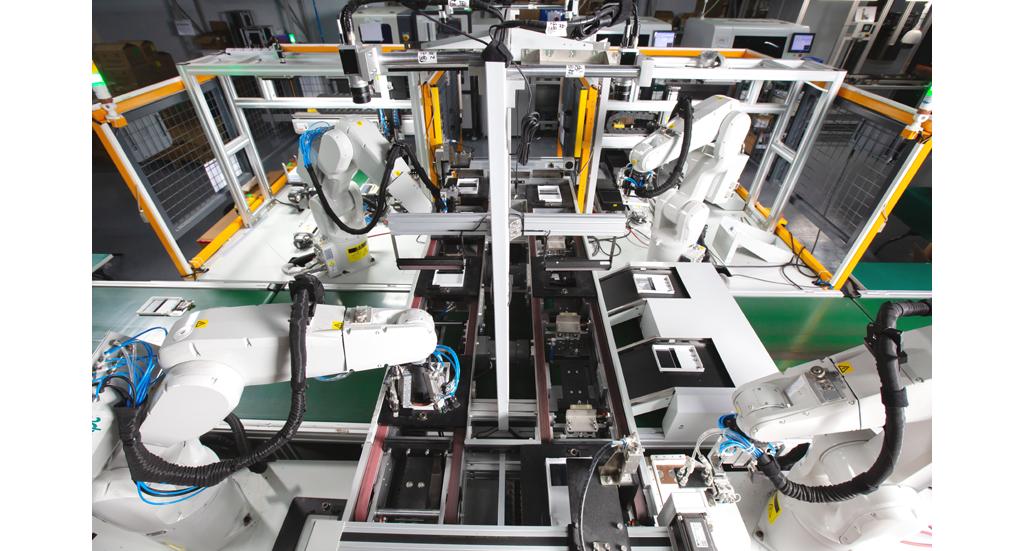 4只机械臂配合机器视觉技术,做到抓取、识别、定位等,能判断柔性物料的放置位置和间距差异。