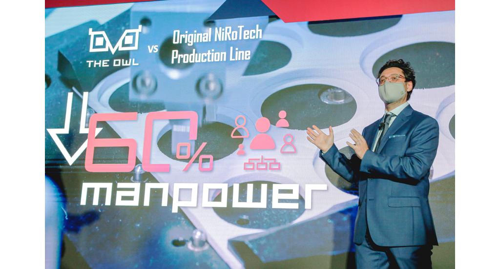 NiRoTech 董事总经理李翱介绍智能生产线运作流程。
