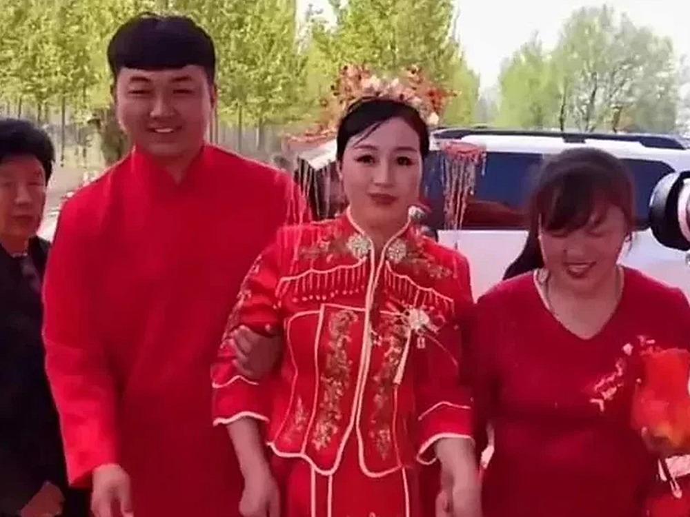 新娘、新郎以及新郎母親三人行。