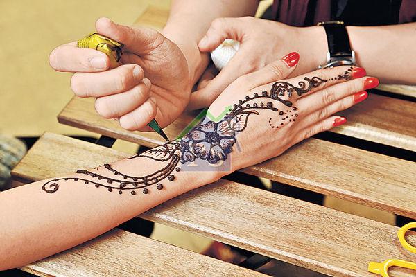 Andrew曾到印度學藝,學習繪畫彩繪圖案(Henna),現時亦成為其收入來源之一。
